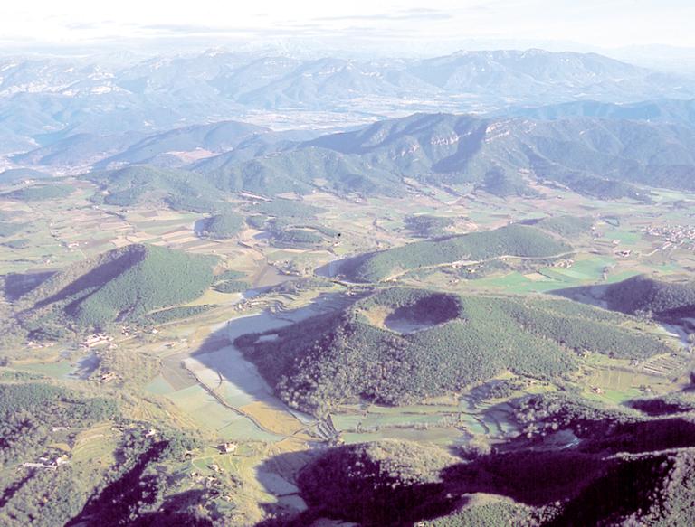 Vista aèria dels volcans de la Garrotxa (Juli Pérez - Vol de Coloms)